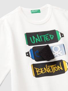 T-shirt με patch και σκισίματα